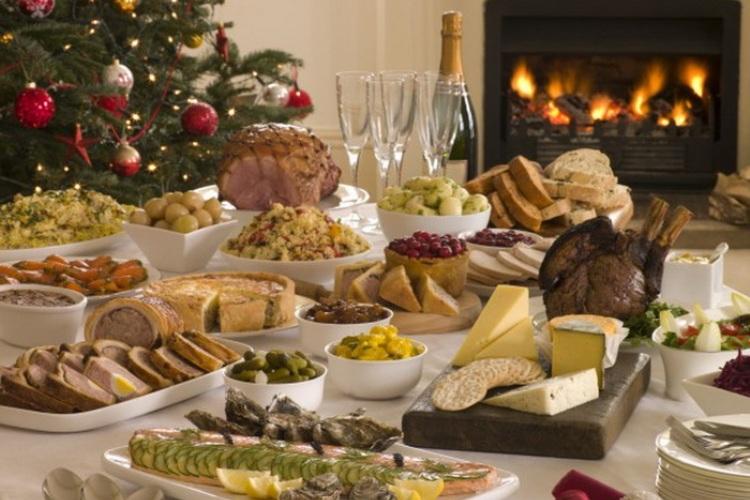 Отравление Получить пищевое отравление, сев за праздничной стол, проще, чем кажется. Никому не хочется провести Новый год в травмпункте, промывая желудок, поэтому стоит запомнить, что к заветревшимся салатам лучше не приближаться и необходимо тщательно проверять качество покупаемой алкогольной продукции.