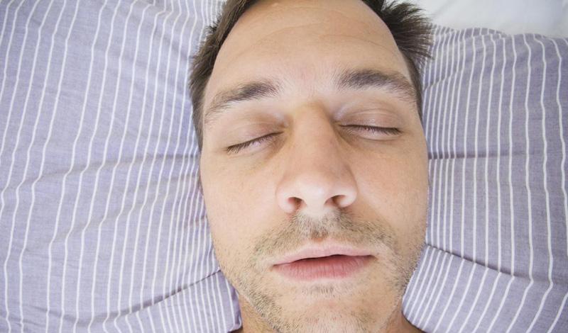 На спине Минусы Храп. Он и апноэ проявляются гораздо чаще, если человек спит на спине. Это настолько взаимосвязано, что некоторые врачи рекомендуют спать на боку — эта поза купирует все синдромы. Когда мы спим на спине, сила тяжести заставляет язык сворачиваться у дыхательных путей, а это затрудняет дыхание. Стоит также отметить, что ровный позвоночник далеко не всегда означает хорошее качество сна.