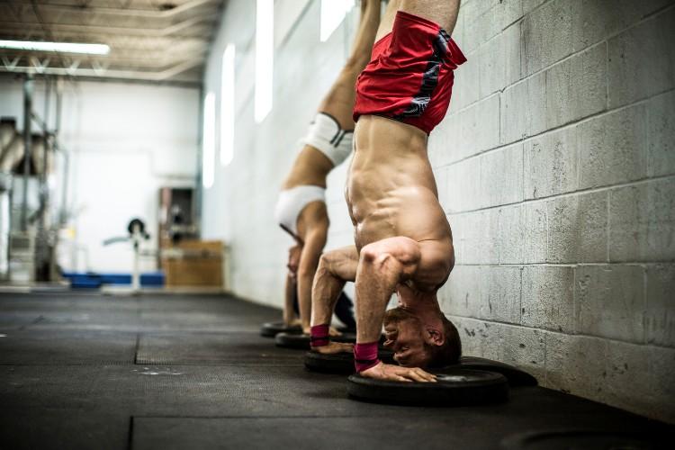 Во время кроссфит-тренировок Для высокоинтенсивных тренировок с длительными интервалами больше всего подходит техника дыхания «Киай», применяемая в восточных боевых единоборствах. Используя Киай, вы дышите не грудью, а животом, при этом на выдохе пропустите воздух сквозь зубы с равномерным шипящим звуком.