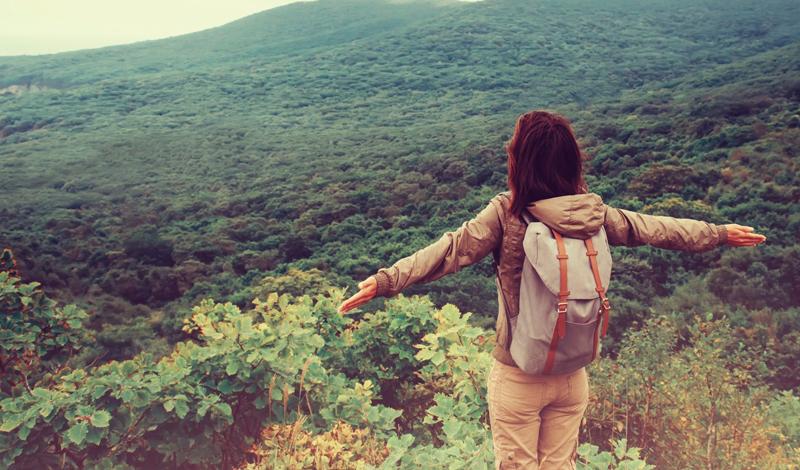 Как заводить друзей Когда вы один в чужой стране, завести друзей гораздо легче. Вы становитесь более открыты к общению и не оглядываетесь на попутчиков. Любой местный бар может подарить новых друзей, любое знакомство можно будет продолжить и развить. Кроме того, этот навык пригодится и в обычной жизни: если до одиночного путешествия разговоры с незнакомцами давались вам с трудом, то после него вы будете чувствовать себя супер-экстравертом даже в компании ребят, только что попросивших прикурить в темном переулке на окраине города.