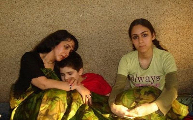 Захра Камалфар Как и Мехран Карими Насери, Захра Камалфар была противницей существующего политического режима в Иране, за что и подверглась аресту в 2004 году. Захре, матери двоих детей —сына Давуда и дочери Аной —удалось бежать из тюрьмы и добраться из Ирана в Германию. Но по прибытии ее ждал жесткой удар: во Франкфурте немецкое правительство отказало семье в политическом убежище, и поскольку они добирались в Германию через Москву, их депортировали обратно в Россию. Но так как и российское правительство тоже отказалось приютить беженцев, Захре и ее детям пришлось провести 13 месяцев в депортационном центре при аэропорте «Шереметьево» и еще 10 месяцев в транзитной зоне самого аэропорта. В 2006 году власти предприняли попытку депортировать семью Камалфар в Иран, но эта затея провалилась, когда Захра и Ана попытались покончить с собой. Позже Управление Верховного комиссара ООН по делам беженцев предоставило злополучной семье статус беженцев, и уже в марте 2007 года Захра получила вид на жительство в Ванкувере, Канада, куда и была отправлена авиарейсом из Москвы.