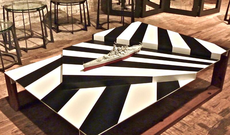 Современное использование Razzle Dazzle Развитие технологий поставило крест на этом типе камуфляжа. Вернее, на его военном использовании: оптические приборы обмануть таким образом уже не получалось. Зато, Razzle Dazzle моментально подхватило послевоенное поколение — этот тип камуфляжа до сих пор актуален и часто используется в создании молодежных линеек одежды.