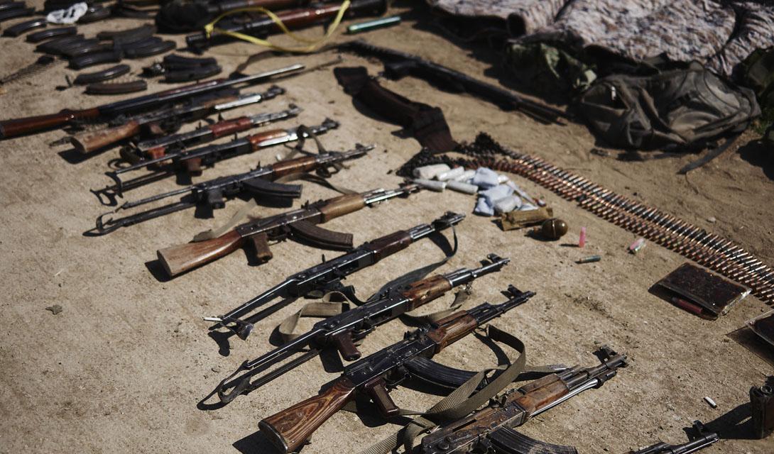 Стрелковое оружие Как и многие другие запрещенные организациимира, бойцы ИГИЛ почти поголовно вооружены вариациями АК-47. Стрелковое оружие попадает сюда по разным каналам – в основном это видавшая виды китайская локализация Калашникова, но есть и трофейные экземпляры, захваченные на военных базах Ирака и Сирии. Кроме того, операции боевиков ИГИЛ в Ираке снабдили бойцов некоторым количеством штурмовых американских М-16А4 — более современных и более надежных автоматов.