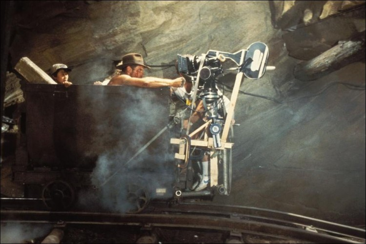 Харрисон Форд Сейчас, конечно, сложно представить, что Харрисон Форд, находясь уже довольно в почтенном возрасте, сам выполняет все эти зубодробительные трюки. Но когда Форд был моложе, и только становился звездой мирового масштаба, снимаясь в роли Индианы Джонс, он был полон решимости и рисковал своей головой, повисая на вертолетах и участвуя в сценах с автокатастрофами. Он был настолько упрям в этом вопросе, что его дублеру, Вику Армстронгу, пришлось приложить немало усилий, чтобы убедить Форда оставить ему самые опасные трюки, сказав, что в ином случае ему не заплатят.