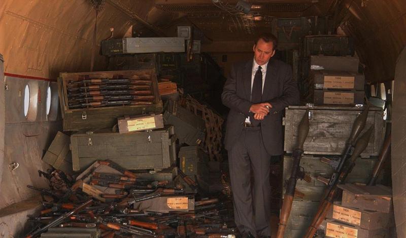 Темные воды Несмотря на то, что основная доля рынка принадлежит государствам, торговля оружия является довольно мутным бизнесом. Почти миллион из 7 миллионов произведенного огнестрельного оружия был потерян, или, что гораздо более вероятно, украден. Коррупция в глобальной оборонной промышленности оценивается в 20 $ млрд в год.