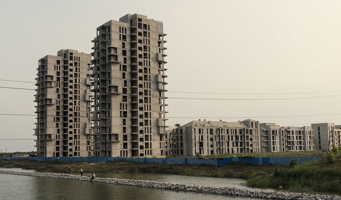 Цаофэйдянь Первый сверхэкологичный город — вот, как позиционировался Цаофэйдянь, построенный всего в паре сотен километров от перегруженного Пекина. Этот своеобразный эксперимент подразумевал использование только возобновляемой энергии: все полтора миллиона жителей, ради которых были построены дома и спроектированы проспекты, должны были показать всей Поднебесной преимущества экологически чистой жизни. На данный момент, несмотря на 90 миллиардов вложенных сюда долларов, Цаофэйдянь так и остается городом-призраком.