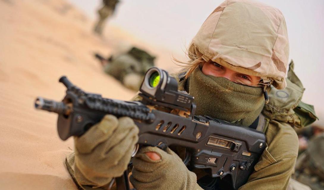 Предыстория появления К середине 90-х годов, ЦАХАЛ решил окончательно заменить устаревшие морально «Галили» американской M16. Решение, мягко говоря, неоднозначное: построенный на базе советского АК-47, Galil вел себя в условиях пустыни гораздо лучше, чем сложная в эксплуатации и привередливая M16. Такого же мнения, судя по всему, придерживались и оружейники концерна Israel Military Industries. Мастера разработали совершенно новый концепт оружия, который было решено развивать параллельно с закупкой американских винтовок.