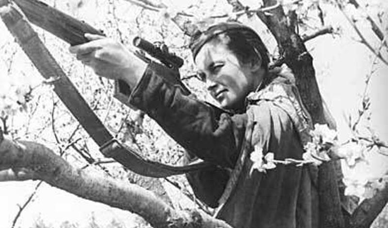 Конец пути Павличенко была одной из 2000 женщин-снайперов, боровшихся на стороне Красной Армии в Великой Отечественной войне — и одной из 500, вернувшихся домой. После войны Людмила получила степень магистра в Киевском университете и продолжила работу старшим научным сотрудником Главного штаба ВМФ.