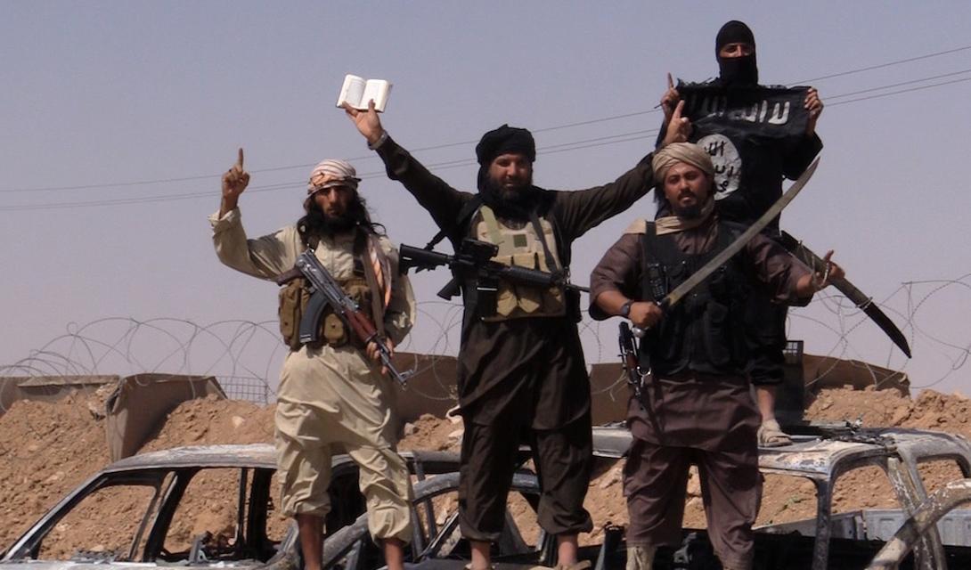 Холодное оружие Боевики ИГИЛ весьма уважают холодное оружие. Практически каждый солдат носит с собой нож. Большой популярностью пользуются опять же американский боевой клинок M9Bayonet, в больших количествах поставленный в свое время иракским правительственным войскам. Некоторые бойцы вооружаются самыми настоящими мечами: в схватке от них, конечно, толку — чуть, зато выглядит внушительно.