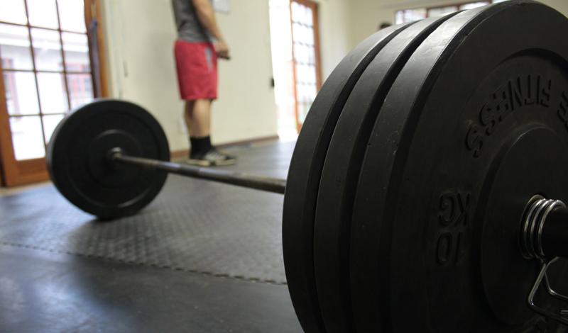 С чего начинать Вы наверняка не знаете, с чего начать первую тренировку. Какую группу мышц прокачивать? Грудь или ноги? Может быть, стоит заняться спиной? Вот вам небольшой хинт: на первой тренировке постарайтесь нагрузить вообще все группы мышц. По одному упражнению на каждую. И не стремитесь показать окружающим, насколько вы крутой парень — работайте с небольшими весами. На следующий день встанете без проблем.