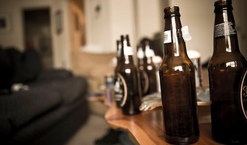 Хронический панкреатит Регулярные приемы алкоголя вполне могут привести человека к хроническому панкреатиту. Поджелудочная железа постоянно воспалена, вызывая боль, тошноту, лихорадку и рвоту. Чем больше вы пьете — тем больший ущерб наносите поджелудочной.
