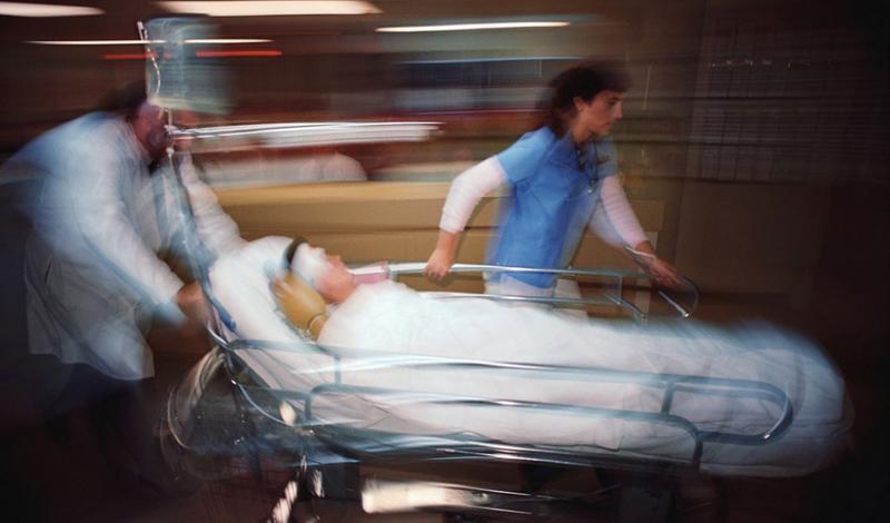 Самопоглощение Почти сразу после момента смерти организм запускает несколько необратимых процессов. Начинается все с автолиза, грубо говоря, самопереваривания. Сердце уже не насыщает кровь кислородом — от этого же дефицита страдают клетки. Все побочные продукты химических реакций не получают привычного способа утилизации, накапливаясь в теле. Первыми в расход идут печень и мозг. Первая потому, что именно здесь находится большинство ферментов, второй потому, что содержит большое количество воды.