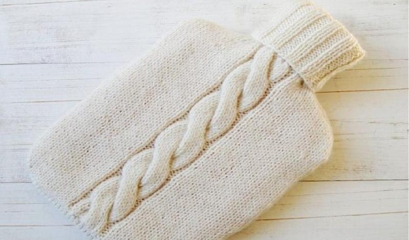 Ледяная постель Как бы вы не старались прогреть дом, одно место всегда остается холодным. Вспомните, как неприятно залезать в ледяную постель именно тогда, когда согреться хочется больше всего на свете! Зайдите в аптеку и купите самую обычную резиновую грелку. Наполните ее горячей водой и закиньте под одеяло: спустя десять минут вас будут ждать не прохладные простыни, а уютное, мягкое и теплое ложе.