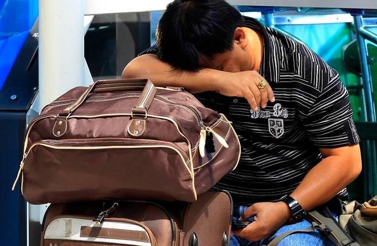 Масаки Танака Сородич Хироши, 42-летней Масаки Танака уж точно застрял в международном аэропорту Тайваня не по своей воле, и выпутываться из приключившейся с ним истории ему пришлось самому. У прибывшего с туристическими целями в город Тайпей японца неожиданно закончился срок действия визы, также неожиданно закончились средства к существованию, и ему не оставалось ничего другого, кроме как жить в терминале в течение месяца. Он бы так и продолжал питаться приправами из ресторанов – пакетиками васаби и соевым соусом, которые он употреблял за неимением денег, если при нем не было его ноутбука. Воспользовавшись бесплатным Wi-Fi, Масаки начал вести блог о своих злоключениях, которыми он смог привлечь внимание к своей судьбе, и смог собрать достаточно денег, чтобы заплатить штраф за просроченную визу и купить обратный билет.