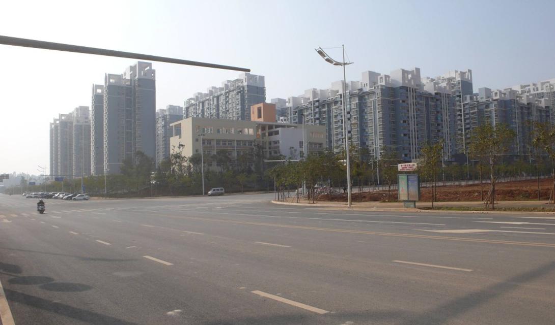 Чэнгун Два университета должны были стать основой нового городка Чэнгун: исходя из количества студентов проектировались огромные многоэтажки на сотни тысяч квартир. К сожалению, всеобщих ожиданий Чэнгун не оправдал. Местные жители скупили основную часть жилья в качестве инвестиций, но жить здесь не стал никто.