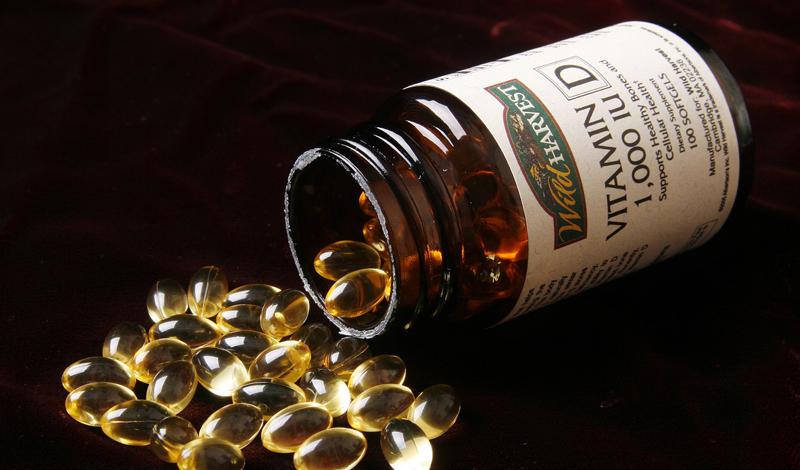 Что это такое На самом деле, витамин D не похож на все остальные витамины. Медики склонны считать его скорее стероидным гормоном, поскольку он синтезируется и перерабатывается организмом так же, как и половые гормоны. К тому же, витамин D — это целая группа веществ: холекальциферол, который синтезируется на коже только под воздействием солнечных лучей и эргокальциферол, получить который можно из пищи.