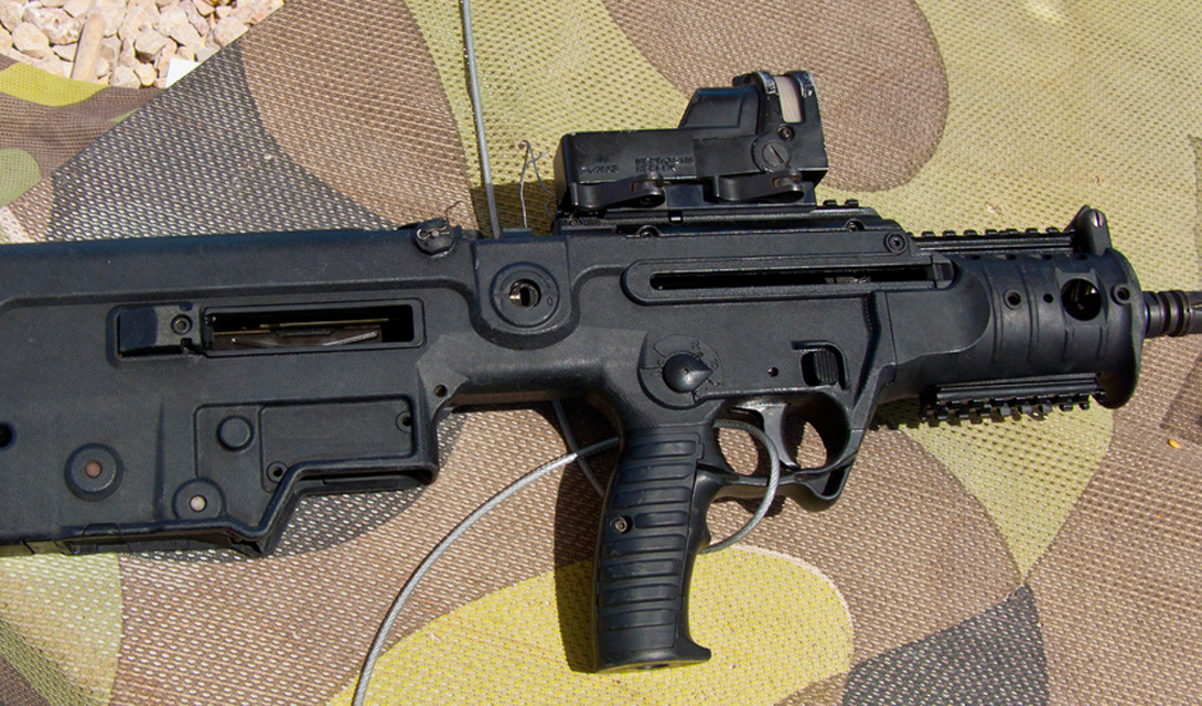Основные плюсы Tavor 21 Корпус Tavor MTAR 21 создан из высокопрочных полимеров, что обеспечило автомату сравнительно небольшой вес. Центр тяжести винтовки смещен ближе к плечу стрелка — благодаря конструкции булл-пап. Такая компоновка улучшила меткость и кучность стрельбы. TAR 21 унифицирован под обычные магазины американской М16: это позволяет бойцам не заботиться лишний раз об особенных боеприпасах. Маневренность, легкость и удобство автомата уравновешивается его относительно высокой стоимостью: единица TAR 21 обходится Израилю в 1300$.