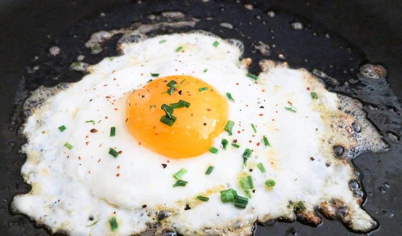 Проблемные продукты Судя по последним полученным данным, яичные желтки и красное мясо могут значительно увеличивать риск развития ишемической болезни сердца и даже провоцировать рак. Все из-за увеличения производства организмом триметиламина N-оксида, или ТМАО, которые весьма негативно влияют на стандартное деление клеток.
