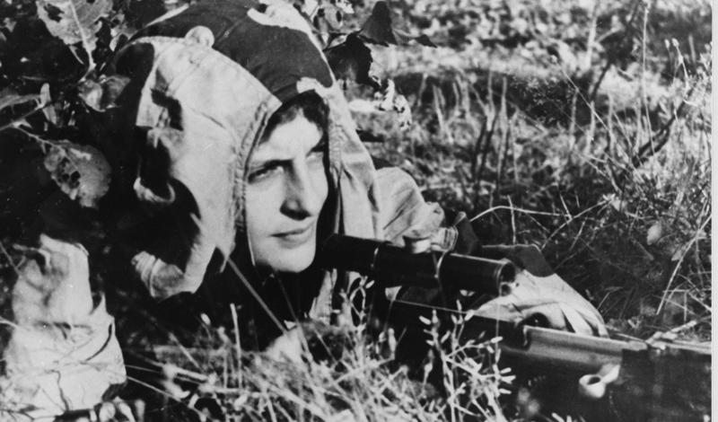 Дуэль Репутация непобедимого снайпера заставляла начальство поручать Людмиле все новые и новые, более опасные задания. Страшнее всего были индивидуальные дуэли с вражескими снайперами: изматывающая охота и поиск стрелка могли длиться неделями, а кровавая развязка лишала оставшегося в живых последних сил. Только по официально подтвержденным данным, девушка убила 36 вражеских снайперов на дуэли.
