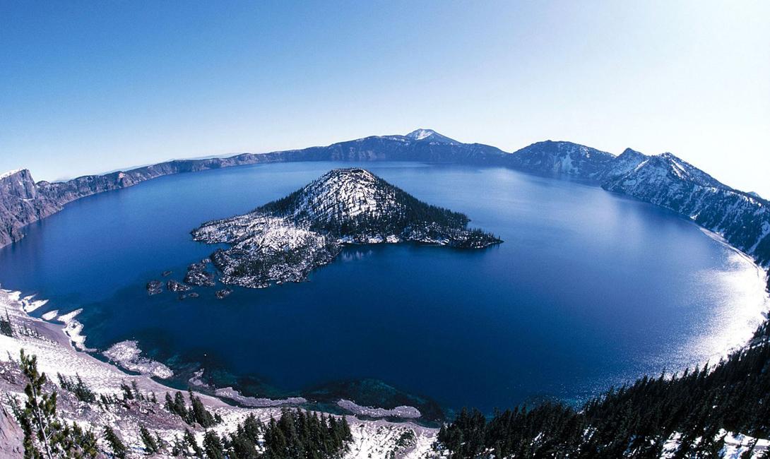 Крейтер Глубина: 594 метра Самое глубокое озеро США расположено в штате Орегон. Крейтер сформировалось в результате вулканической активности — собственно, это бывший кратер канувшего в Лету вулкана Маунт-Мазама. Воды Крейтера отличаются особенным, небесно-голубым цветом: это происходит благодаря таянию снегов.
