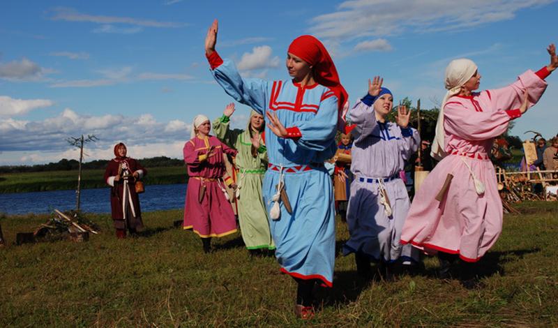 Селькупы Численность: 3 600 человек Небольшое племя остяков-самоедов (так называли селькупов до революции) живет на севере Томской области. Эти люди до сих пор исповедуют религии своих предков: тут распространены шаманизм и анимизм. Насаждаемое насильно православие селькупы органично вплели в собственные традиции — нечто похожее случилось с католичеством, столкнувшимся с культом Вуду.