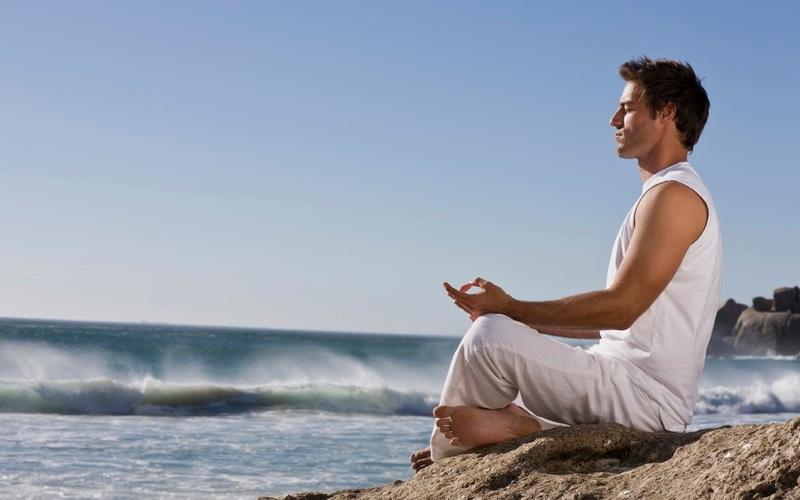 Во время медитаций Затормозить мыслительный процесс во время медитаций позволит практика осознанного дыхания. Замедлите дыхание до 5 вдохов в минуту, дышите легко. Замедленное дыхание позволит намного легче погружаться в состояние медитации.