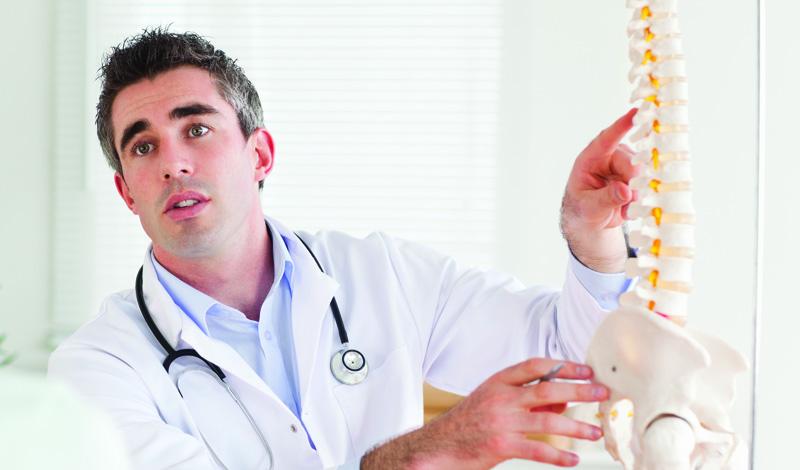 На спине Плюсы Многие врачи согласны с тем, что эта поза — лучшая. Сон в позе шавасаны (йога бывает не только сложной, но и расслабляющей!) настоящее благо для позвоночника и шеи, поскольку спина остается прямой. Вдобавок, хороший матрас также выполняет свою работу по поддержке позвоночника. В идеале, спать нужно и без подушки тоже, чтобы оставлять шею без напряжения, в нейтральной позиции. Еще один плюс позы — косметический. Проводя ночь лицом вверх, вы избегаете лишнего контакта с подушкой, а значит и снижаете вероятность появления морщин.