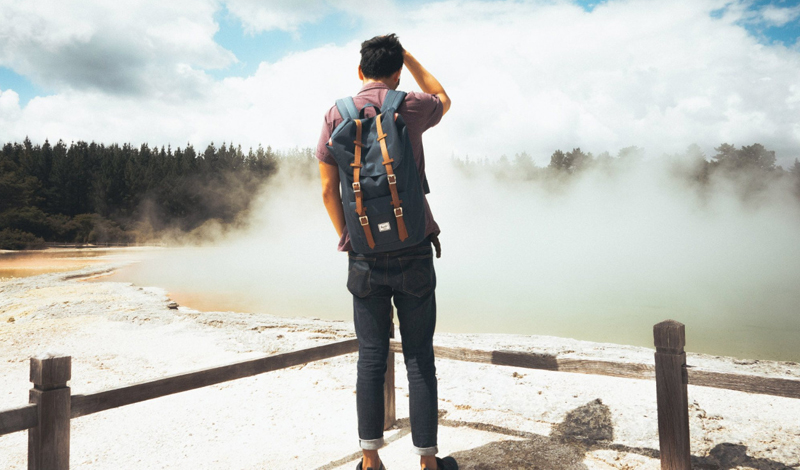 Быть собой В новом месте никто не знает вас. Никто не обращает внимание, на то, как вы одеты, как себя ведете. Можно, в конце концов перестать пытаться показать себя миру с хорошей стороны — и начать просто жить, отряхнув пыль предвзятых представлений о вашей личности.