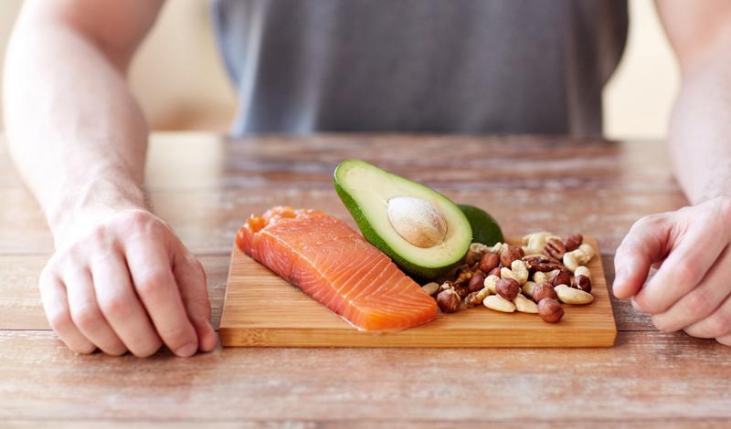 Диета и решение проблемы Оптимальной диетой для профилактики целого ряда опасных болезней является растительная пища. Употребление животного белка, жиров и рафинированных углеводов сводится к минимуму. На практике, это означает практически полное отсутствие красного мяса и сбалансированное ежедневное питание, основанное на фруктах, овощах, цельнозерновых продуктах, бобовых и соевых. Сахар и белую муку из рациона лучше исключить вовсе. Стоит добавить некоторые полезные жиры: льняное масло, семена, орехи и рыбий жир помогут оставаться в форме даже постоянно занимающемуся спортом человеку.