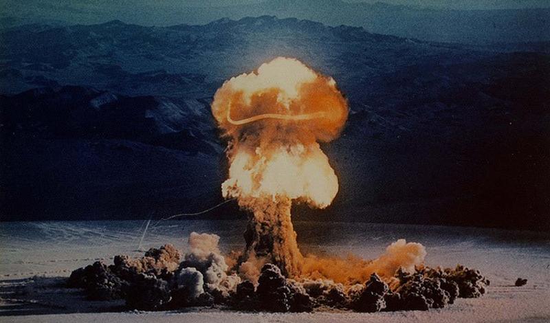 Радиационное заражение Наиболее опасно так называемое вторичное радиационное заражение. Ядерные осадки могут распространиться на целых 23 000 квадратных километров. Это значит, что вам как можно скорее нужно убраться на максимальное расстояние от места взрыва.