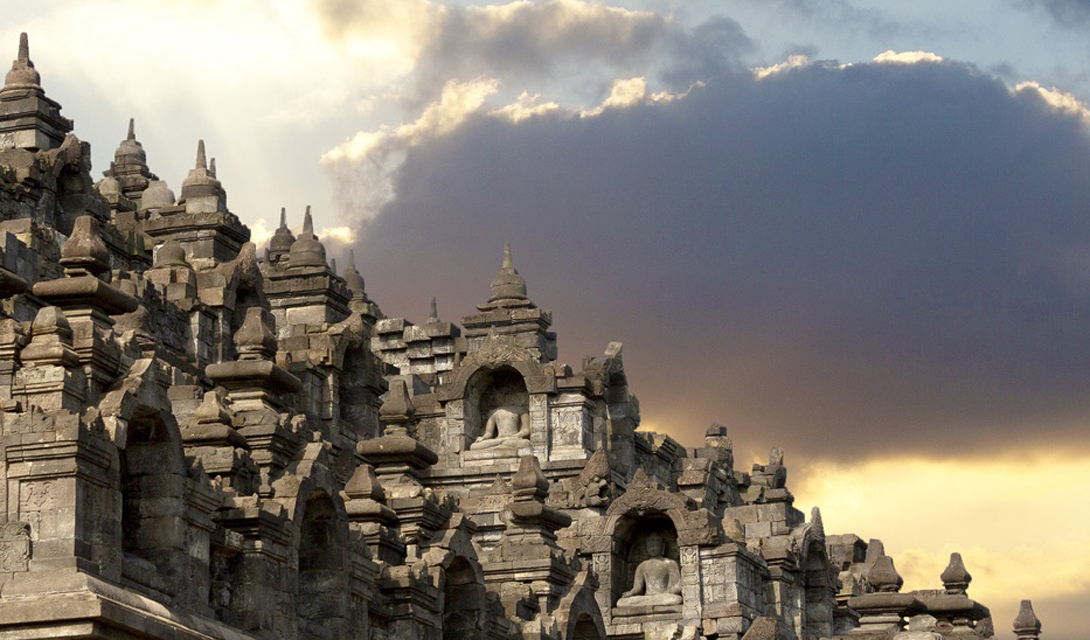 Индонезия Индонезия славится своими пляжами — но не только за ними стоит держать сюда путь. Хмурые переулки Джакарты таят в себе немало загадок, а буддийские храмы возвышаются на фоне зелени бесконечных лесов.