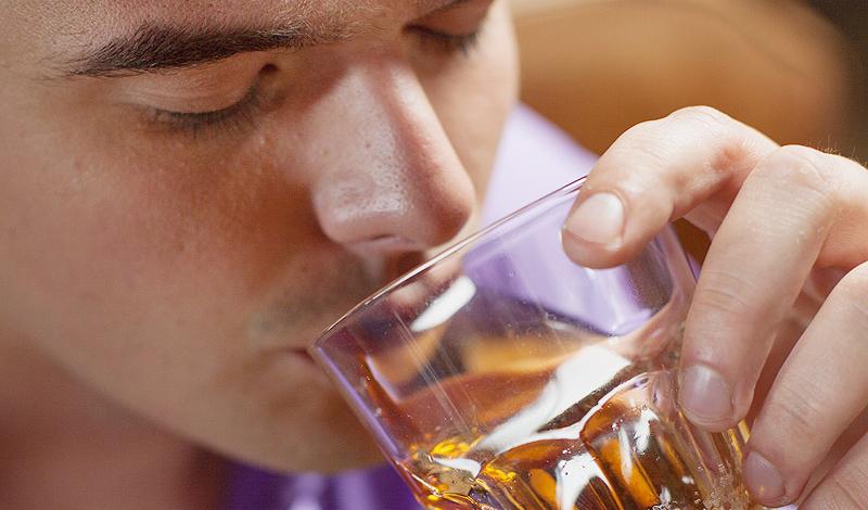 Депрессия Алкоголь может быть и причиной, и следствием депрессии. Неумолимая статистика говорит, что существует неразрывная связь между любителями выпить и плохим душевным состоянием. Около трети людей, не отказывающих себе в этом сомнительном удовольствии, страдают от постоянной депрессии. Дело в том, что алкоголь не решает никаких проблем — напротив, он угнетает центральную нервную систему, только увеличивая разрыв между вами и нормальным существованием.