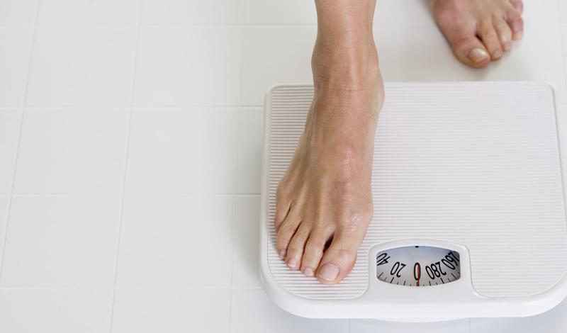Начинаем не успевать За сутки организм успеет исчерпать все запасы гликогена и перейти на добычу «топлива» из жирового запаса. Общее состояние будет характеризоваться упадком сил, повышенной утомляемостью и раздражительностью. Даже не очень сложные задачи могут поставить голодающего в тупик: мозгу требуется около 120 грамм глюкозы каждые сутки — а вот глюкозы-то у вас больше и нет.