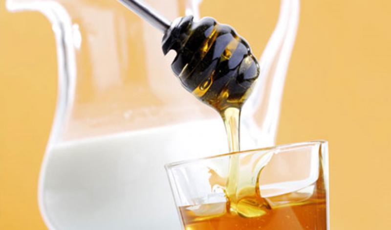 Лечим кашель Ненавидите приторно-сладкий вкус сиропа от кашля? Добро пожаловать в клуб. Всемирная организация здравоохранения подтвердила: невкусный (да еще и дорогой) сироп вполне можно заменить обычным медом. Всего десять граммов хорошего меда перед сном облегчат симптомы кашля и помогут лучшему сну.