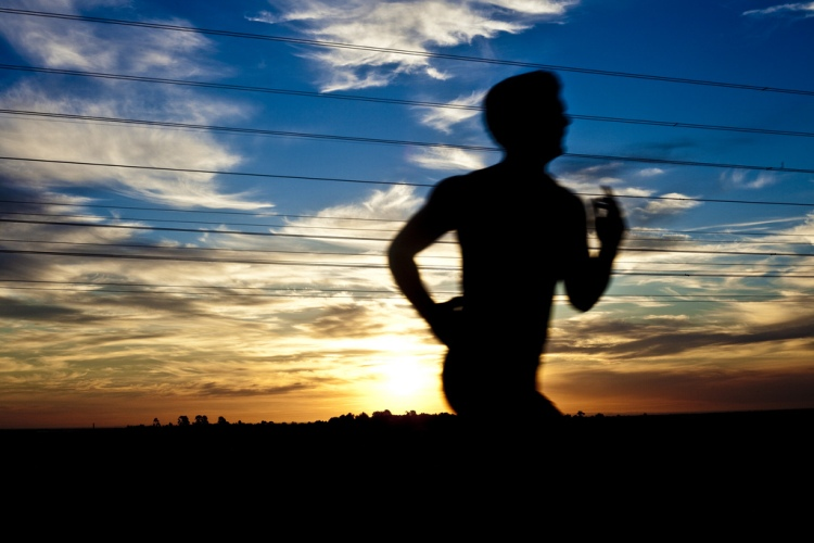 Во время бега Во время пробежки, не забывайте использовать и нос и рот для дыхания. Используя только нос, ваше тело рискует не получить достаточный объем кислорода. Если мышцы не получат достаточно кислорода, далеко вы не убежите.