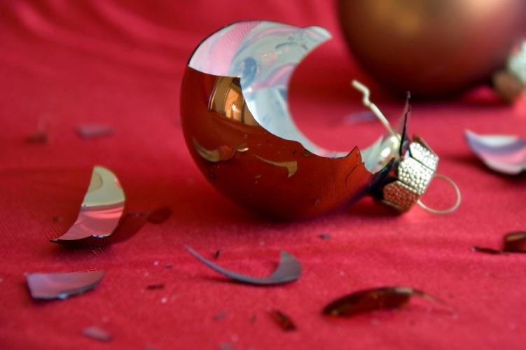 Порезы Будьте поаккуратнее с режущими предметами. Чаще всего люди получают порезы, пытаясь открыть крышку консервной банки или, скажем, нарезая батон для бутербродов. Не менее опасны осколки разбитой посуды и елочных игрушек.