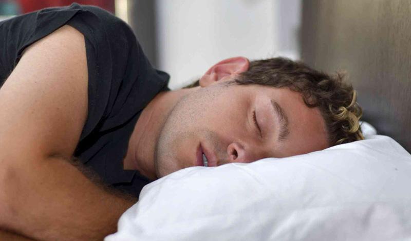 На боку Минусы В то же время, сон на левой стороне может оказывать давление на желудок и легкие. К тому же, чаще всего люди спят положив голову на руку или на плечо. Это ограничивает приток крови и может отрицательно сказываться на нервных окончаниях.