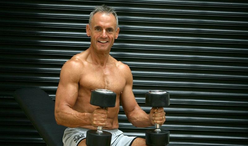 Работа с весом Тренировка с железом заставляет ваше тело работать на полную катушку: мышцы вынуждены быстро приспосабливаться к новым условиям и постоянно обновляться. Не обязательно посвящать все свое время бодибилдингу. Проводите в спортзале стандартные три тренировки в неделю — это уже значительно замедлит возрастную деградацию организма. Кроме того, лифтинг провоцирует организм на производство гормона роста и тестостерона, что положительно скажется на вашем либидо.