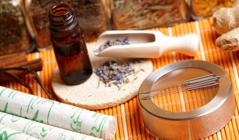 Древний Китай Китайская медицина существует дольше, чем некоторые цивилизации. Именно здесь были придуманы методы, которыми мы, иногда, лечимся до сих пор. Растение гибискус упоминается во многих старых китайских трактах. Лепестки гибискуса заваривали в чай, и пили в качестве профилактики против многих заболеваний.