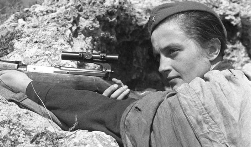 Служба медсестры 22 июня 1941 года Гитлер разорвал отношения с Иосифом Сталиным и немецкие войска вторглись в священные пределы Советского Союза. Павличенко, как и большинство ее сверстников, бросилась записываться в армию, чтобы защищать родину. Но здесь ее ждала первая неудача: модельная внешность, ухоженные руки, стильная прическа — вербовщик просто рассмеялся и предложил Людмиле идти трудиться медсестрой. Естественно, девушка отказалась, потребовав проверки стрельбой.