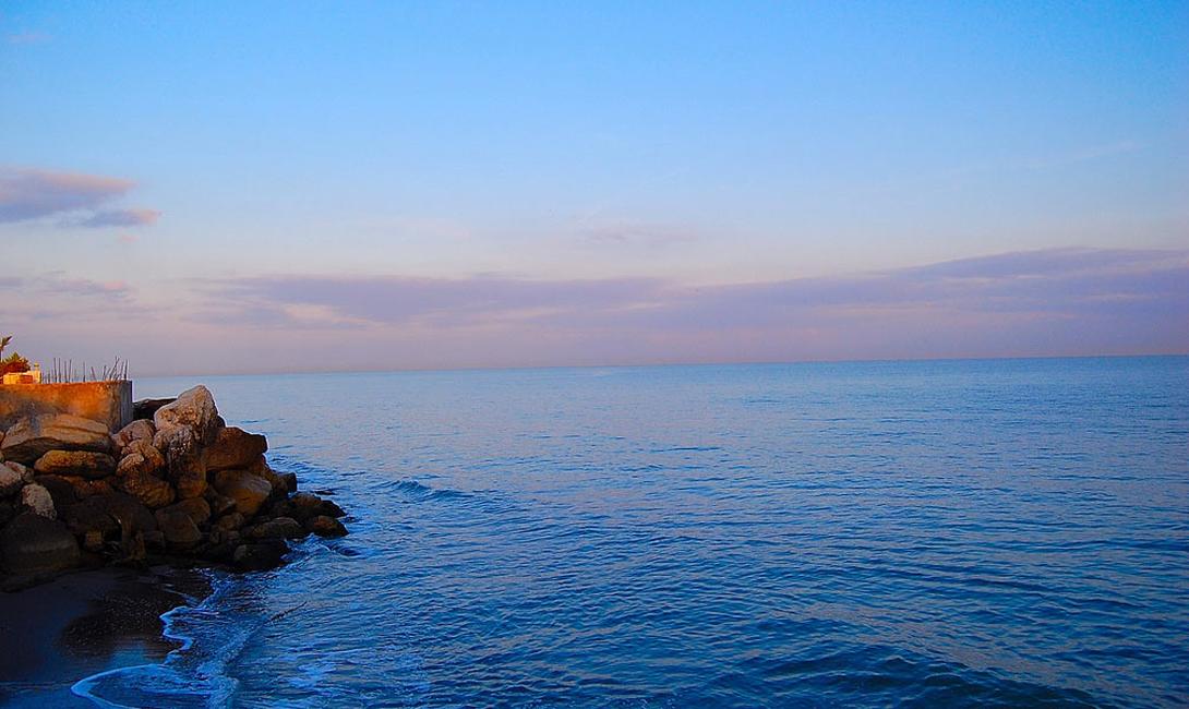 Каспийское море Глубина: 1025 метров Каспийское море омывает берега целых пяти стран: Россия, Казахстан, Иран, Азербайджан и Туркменистан. Площадь соленого озера составляет внушительные 371 тысячу квадратных километров, здесь ведется не только промысловая добыча, но и разработка залежей нефти.