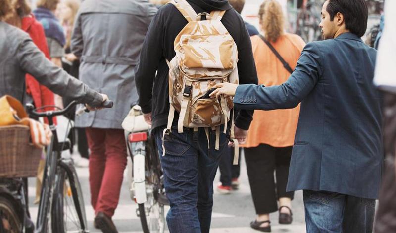 Рюкзак Не следует держать в рюкзаке ничего ценного. Висящий на спине рюкзак — чуть ли не лучшая цель даже начинающего грабителя. Если вам приходится, все же, переносить что-то ценное — камеру, планшет — то позаботьтесь приобрести крепкий рюкзак, молнии которого могут быть заблокированы.