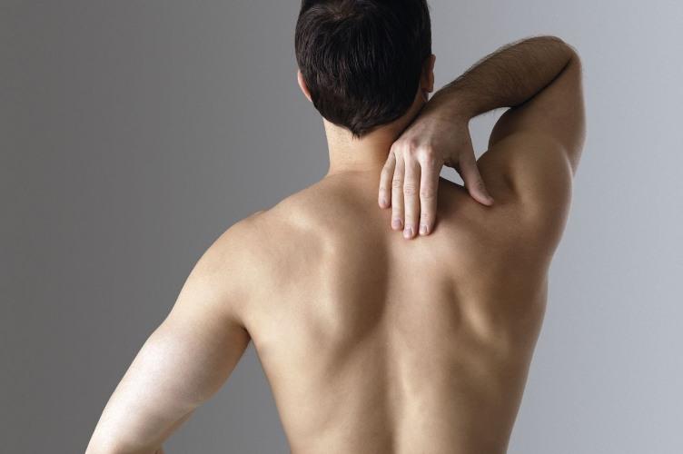 Следить за спиной Старайтесь держать осанку прямо, таким образом легкие будут находиться в оптимальном для них положении. Представьте, будто от ваших бедер вверх идет стержень, вдыхайте через нос, выдыхайте ртом.