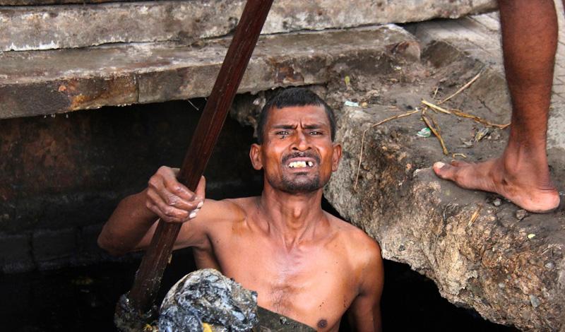Род занятий Хуже всего то, что сами неприкасаемые вполне приняли существующую традицию ариев на кастовое деление. Эти люди и сами разделились на несколько саб-каст, по роду деятельности. В настоящий момент, больше всего распространены представители чамаров-кожевников, дхоби-прачки и парии, занимающиеся уж совсем грязной работой — вывозом мусора и очисткой туалетов. Общество современной Индии на 20% состоит из неприкасаемых, хотя борьба за интеграцию в обычное общество идет уже не один десяток лет.