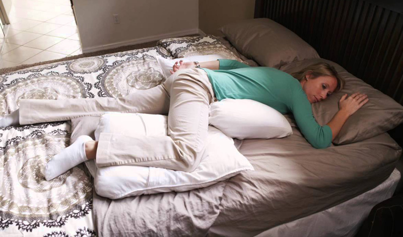 На животе Минусы Врачи однозначно оценивают сон на животе как худшую позу. Это выравнивает естественный изгиб позвоночника, что может привести к болям в пояснице. К тому же, вы проводите всю ночь повернув голову в сторону, что также оказывает давление на шею. Если эта поза — ваша любимая, начинайте отучаться постепенно. Кладите подушки под одну сторону тела: так вы приспособитесь спать сначала на боку, а затем и на спине.