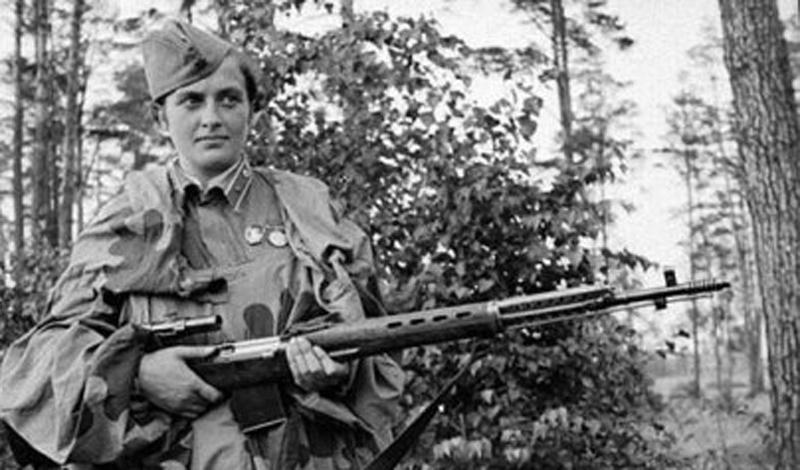 Проверка Даже после того, как Павличенко представила свой сертификат стрелка и значок ОСАВИАХИМ, ей не хотели верить. Чиновники просто не видели в действующей армии девушек и поэтому старались всеми силами перевести Людмилу на службу в Красный Крест. В конце концов, девушке предложили пройти очень непростую проверку, предложив ей застрелить двух румынских солдат, работавших на немцев. С испытанием Павлюченко справилась более чем достойно:чтобы попасть в ряды 25-ой Чапаевской стрелковой дивизии, ей хватило всего двух патронов.