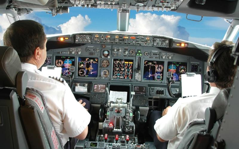 Пилоты Установлено, что в 90% случаев причиной авиакатастрофы становится человеческий фактор. Надо ли говорить, какое огромное нервное напряжение испытают пилоты регулярных пассажирских самолетов? Из-за стрессов развивается риск сердечно-сосудистых заболеваний, инфаркта. По вине постоянного шума страдают органы слуха. Да и электромагнитное излучение не несет в себе ничего хорошего. Его воздействиеослабляет иммунную систему, вследствие чего она становится не в состоянии защищать организм от различных заболеваний.