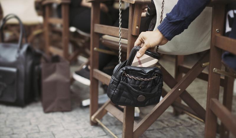 В кафе Во время еды люди часто ставят сумку на соседний стул или даже вешают ее на спинку. Более удобную цель для ловкого вора представить трудно. Держите свой рюкзак на полу, между ног — так подобраться к нему будет намного сложнее.