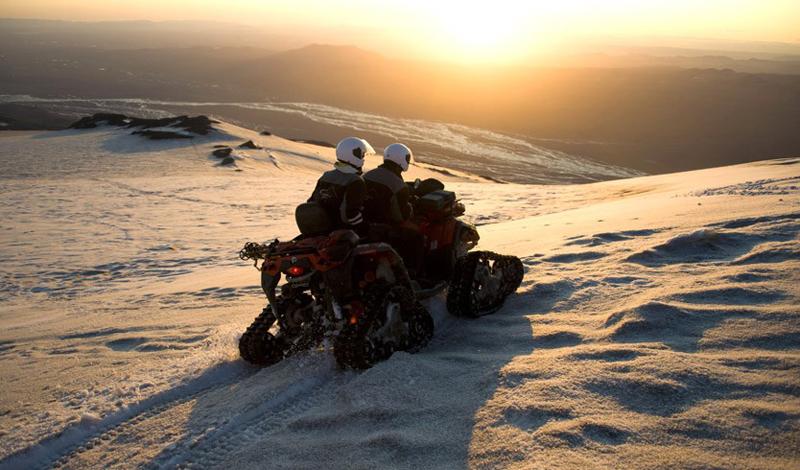 Эйяфьятлайокудль Вулкан с непроизносимым названием можно посетить во время однодневной поездки из Рейкьявика. В тур включена и пешая прогулка прямо до кратера.