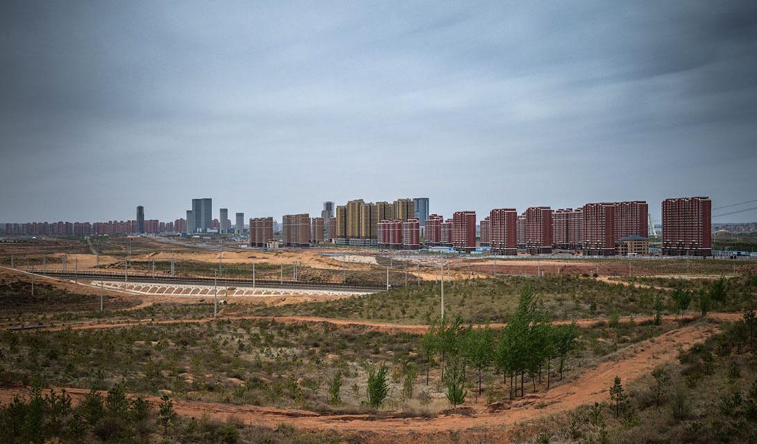 Ордос Сам город считается крупным центром автономной республики Внутренняя Монголия. Китайское правительство решило расширить Ордос, пристроив к нему целый новый район, Канбаши. Вместо миллиона человек, на которых рассчитан район, здесь до сих пор проживает всего двадцать тысяч.